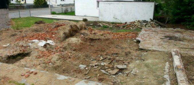 Die letzten Aufräumarbeiten, Abriß der Schweinestall-Bodenplatte