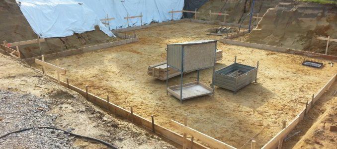 Schnurgerüst, Baustelleneinrichtung und Bodenplattenschalung