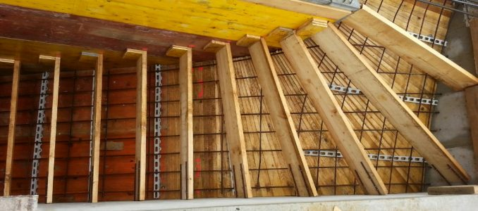 Treppe schalen – Fernwärmeleitung legen – Einfahrt auffüllen – Mauern