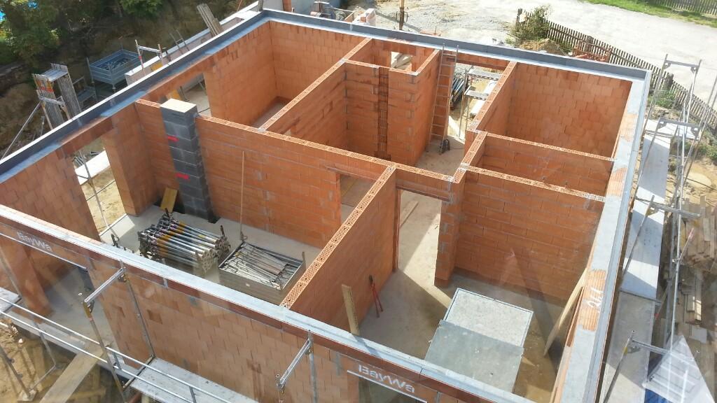 Stützmauer und Erdgeschossmauern fertigstellen – Garagenkeller ausschalen