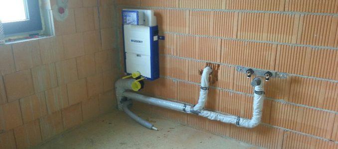 Abwasserrohre, Spühlkästen und provisorische Haustüre…