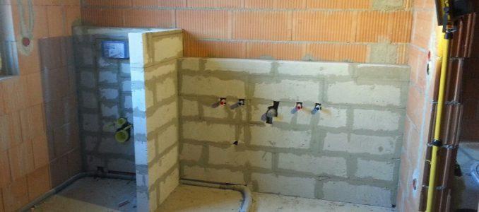 Vormauerung im Bad fertig; Fernwärmeleitung am Netz