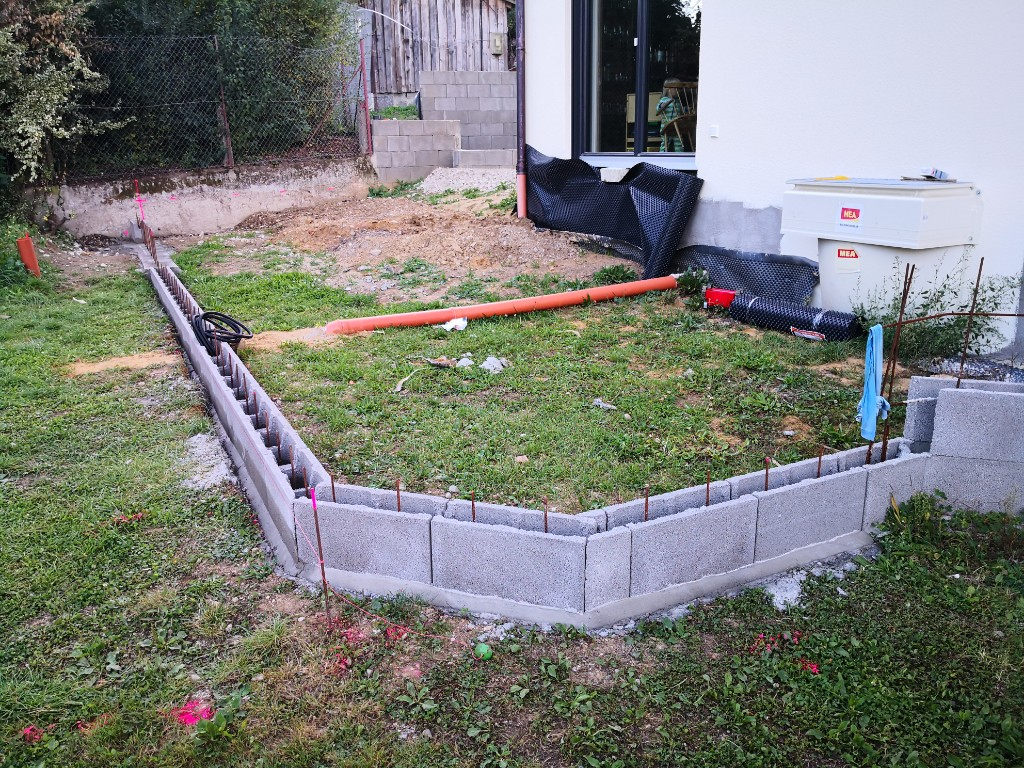 Die ersten Mauersteine für unsere Terrasse