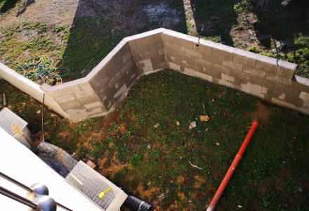 Ummauerung der Terrasse ist fertiggestellt